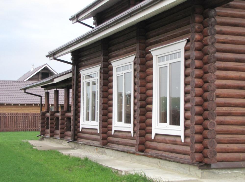 белые окна в деревянном доме